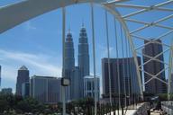 Kuala Lumpur Monorail.Panorama mit den Petronas Towers von der Monorail-Bogenbrücke aus gesehen.