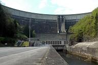 Communes de Bort-les-Orgues (19110, Corrèze) et de Lanobre (15270, Cantal) - le barrage de Bort-les-Orgues et la centrale, au premier-plan le canal de restitution occupe l'ancien lit de la Dordogne.