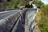Communes de Bort-les-Orgues (19110, Corrèze) et de Lanobre (15270, Cantal) - barrage de Bort-les-Orgues, les parements aval et amont sont recouverts de dalles préfabriquées qui ont servi de coffrages lors de la construction de l'ouvrage.