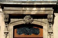 Viviers - Evêché (ancien hôtel de Roqueplane, ancien Hôtel de ville) - Entrée - Décoration du support du balcon