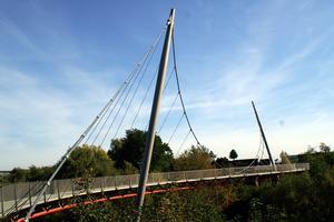 Einzelkabel-Hängebrücken mit gekrümmter Brückentafel