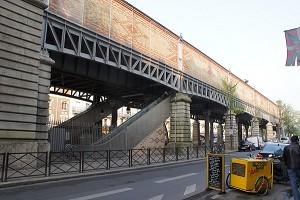 Aufgeständerte U-Bahn- und Straßenbahnhaltestellen