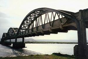 Bogenbrücken mit aufgehängter, unten liegender Fahrbahn