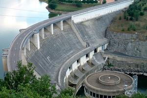 Curved gravity dams