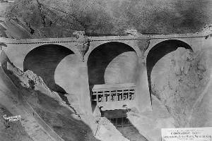 Multiple dome and buttress dams