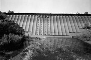 Flat-slab buttress dams