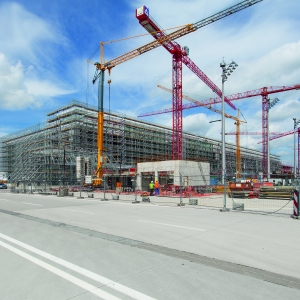 Formwork and scaffold­ing for the new Satellite Terminal