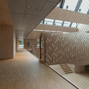 Kita-Architektur mit Stahlseilnetzen
