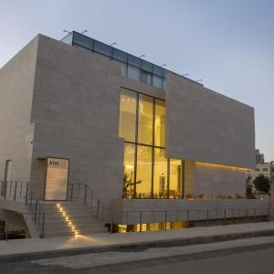 Fassade der Capital Bank aus durchscheinendem Beton