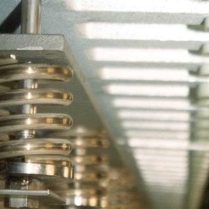 <p>Pretensioning of the finger plates with special stainless steel springs</p>