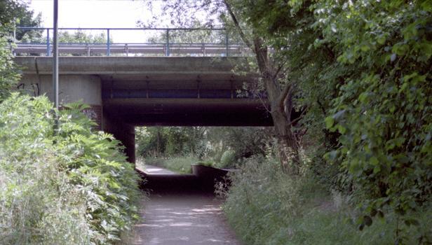 Pont de l'A44 sur le Kittelbach à Düsseldorf