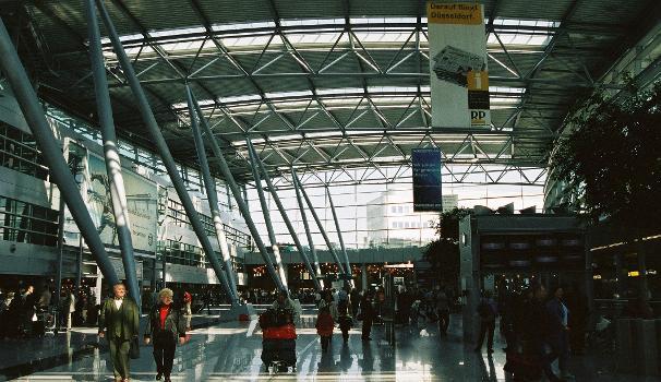 Flughafen Düsseldorf International  Innenraum der Terminals B+C.