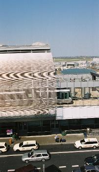 Flughafen Düsseldorf International  Terminal B mit SkyTrain.