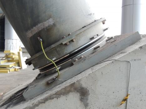 Eines der acht Pylonlager: Sie sind bei einem vergleichsweise geringen Durchmesser von 1.600 mm für eine große Verdrehung von ±0.025 rad sowie für eine enorme Auflast von ca. 10.000 to ausgelegt.