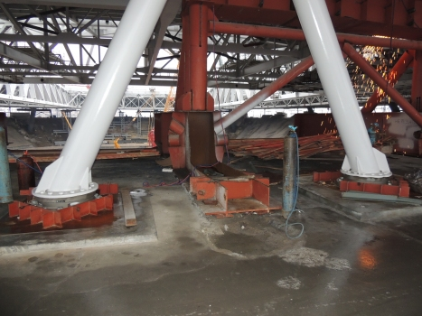 A total of 60 compression-tension spherical bearings were installed underneath of the tribune. Already in construction phase, tensile forces of –3.5MN had to be considered