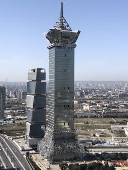 Tour de Bakou:L'amortisseur de vibrations fonctionne au-dessus de la partie la plus large de la couronne.