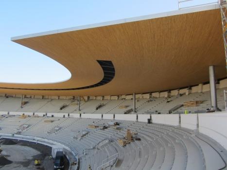 Die sanierten Tribünen mit dem neuen Dach. Die Stahlstützen in den Sitzplatzreihen tragen die Hauptlast. Unterm Dach liegen die 84 kleineren Lager, die vor allem die Zugbelastung aufgrund des auskragenden Dachgewichts aufnehmen.