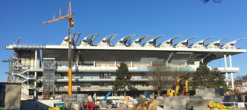 Chantier de Roland Garros : Facilement perceptible les «ailes» hautes d'environ 3 m, en état de montage étendu aux trois quarts environ.