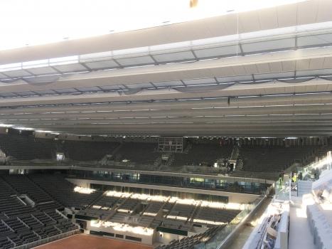 """Bau der fahrbaren Überdachung für Roland Garros : Blick ins """"neue"""" Stadion im Februar 2020. Die Dachträger laufen links und rechts auf Schienen."""