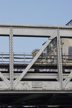 Linie 6 der Pariser Métro – Metroüberführung am Place des martyrs Juifs du Vélodrome d'Hiver