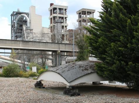 Versuchsschale auf dem Geländer der Zementwerke Dyckerhoff