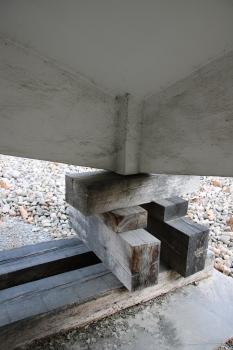 Knotenpunkt der Schale mit den Binderscheiben und der früheren Eckstütze darunter