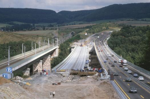 Viaducs de Hedemünden - à gauche le viaduc ferroviaire, au milieu le tablier gauche (sur pile temporaires) du nouveau viaduc autoroutier est en train d'être poussé vers le nouveau tablier de l'A7 qui porte temporairement deux fois deux voies.