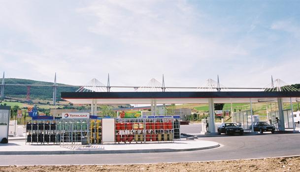 Viaduc de Millau. Près du viaduc, à l'Intermarché: La station de pompage pour les voitures à un toit qui est modelé après le viaduc