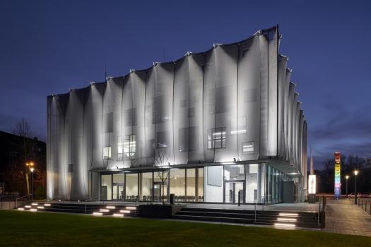 Das silbrig schimmernde Gewebe verleiht dem Ausbildungszentrum für die Textil- und Bekleidungsindustrie eine starke Präsenz auf dem Campus der Hochschule Niederrhein.