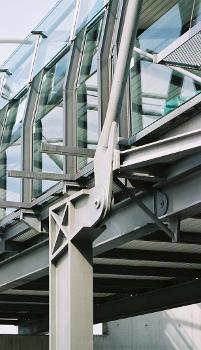 Südliche Fußgängerüberführung am U-Bahnhof Fröttmaning, München