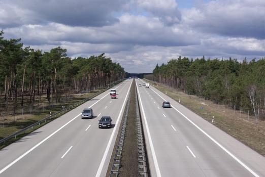 Die Autobahn A13 in Brandenburg, Deutschland. Der Blick geht nach Norden in Richtung Anschlußstelle Baruth/Mark. : Die Autobahn A13 in Brandenburg, Deutschland. Der Blick geht nach Norden in Richtung Anschlußstelle Baruth/Mark.