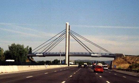 Schrägseilbrücke über die A7 bei Orange