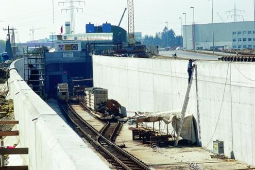 Das Südportal des Auditunnels während der Bauphase, einschließlich der in die Röhre einführenden Rampe im Bahnhof Ingolstadt Nord