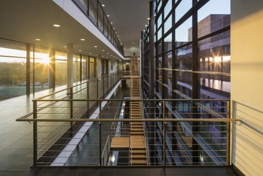 Transparente Geländerfülungen unterstützen die Purisitik der Universität Rostock