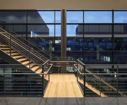 Die Treppenaufgänge sind durch Edelstahlseile unauffällig gesichert