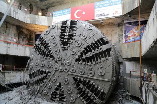 The cutting wheel of the 13.66m diameter TBM briefly after the breakthrough in the target shaft on the European side of the Bosphorus. The different changeable excavation tools like disc cutters and scrapers placed on the 6 main spokes can be recognized easily.