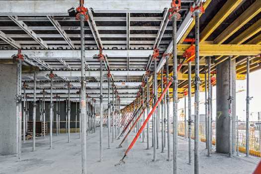 The proven SKYDECK system supports rapid and systematic forming of large slab areas. For the flanking office buildings, the aluminium panel slab formwork is supplemented with slab tables.