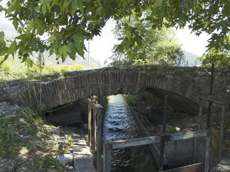 Die römische Brücke bei Limyra in Lykien in der Türkei. Vierter Bogen Südseite. Der in der Spätantike errichtete Ingenieurbau ist eine der ältesten Segmentbogenbrücken der Welt. Auf einer Länge von 360 m überspannen insgesamt 28 Bögen den Fluss Alakır Çayı, darunter 26 Segmentbögen mit einer durchschnittlichen Überhöhung von 5,3 zu 1. Die Brücke ist heute bis zu den Bogenansätzen von Flussablagerungen verschüttet