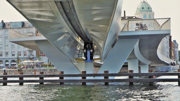 Passerelle sur le port intérieur