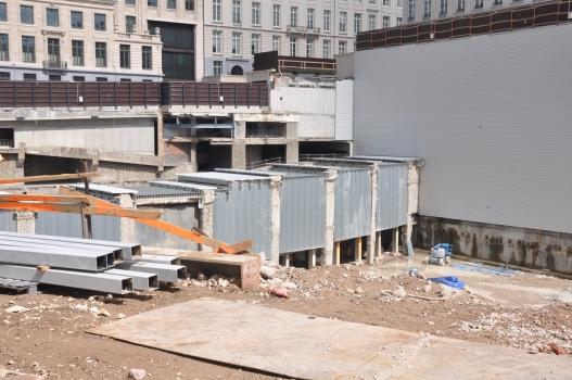 """Baugrube nach dem Abriss des Gebäude der Fortis-Bank in Brüssel - Unter dem Gebäude verläuft auch ein Tunnel der Brüsseler Metro (für die Linien 1, 1A, 1B und 5 zwischen den Stationen """"Parc"""" und """"Gare Centrale""""), der damit für kurze Zeit sichtbar wurde"""