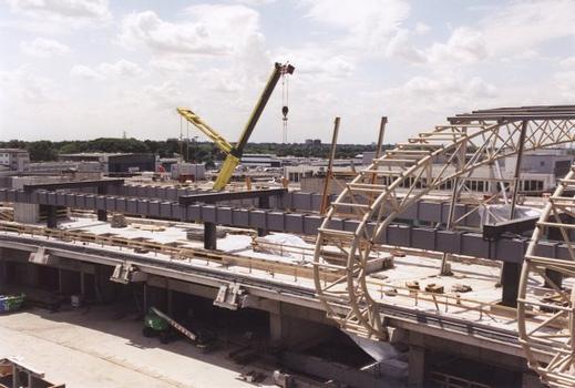 Neubau des Zentralgebäudes am Flughafen Düsseldorf International. Bau der dreigurtigen Fachwerkträger über den Gleisen der SkyTrain-Schwebebahn.