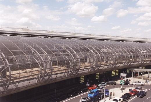 Neubau des Zentralgebäudes am Flughafen Düsseldorf International. Die Gleise der SkyTrain-Schwebebahn sind im Gebäude sichtbar.