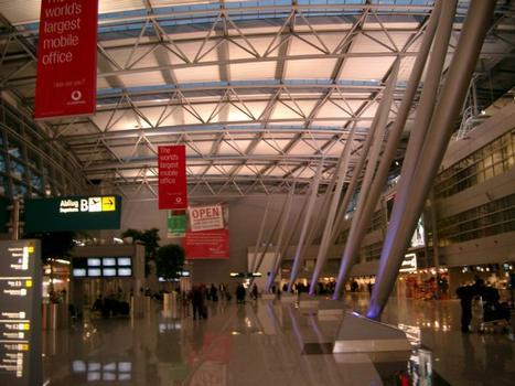 Neubau des Zentralgebäudes am Flughafen Düsseldorf International.