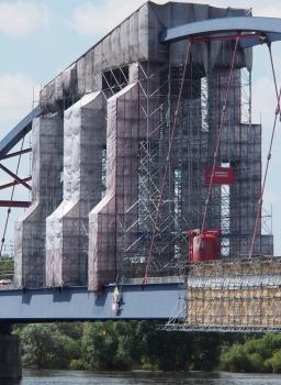 Einrüstung für Wartungsarbeiten an der Elbebrücke Dömitz