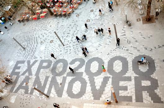 Schmuckpflaster in Hannover zur Expo 2000:Das Schmuckpflaster mit dem Schriftzug der Expo 2000, hier gesehen vom Balkon vom Mäntelhaus Kaiser, wurde erst 2008 am Platz der Weltausstellung verlegt an der Kreuzung der Karmarschstraße mit der Osterstraße