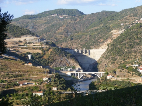 Brücke über den Tua vor der Talsperre