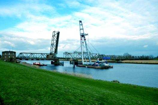 Enlèvement d'une travée pour préparer le passage du paquebot AIDAstella de Papenburg en mer du Nord : Enlèvement d'une travée pour préparer le passage du paquebot AIDAstella de Papenburg en mer du Nord