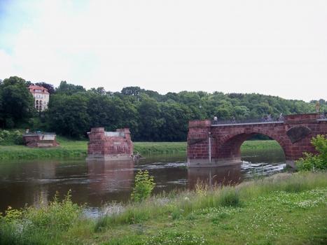 Die durch das Augusthochwasser 2002 zerstörte Pöppelmannbrücke in Grimma