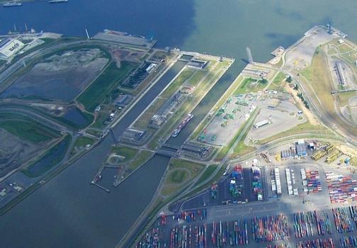 Port of Antwerp: Berendrecht Lock (right) en Zandvliet Lock (left)