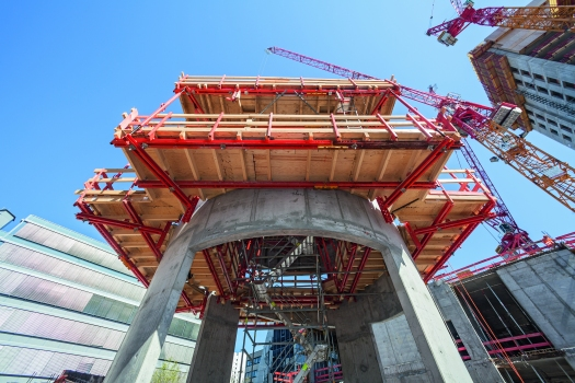 The execution of the base floors, including the six-storey spiral ramp, took place at the same time as the high-rise construction. This accelerated construction process but also required special consideration in the formwork and scaffolding planning phase as well as the site logistics.